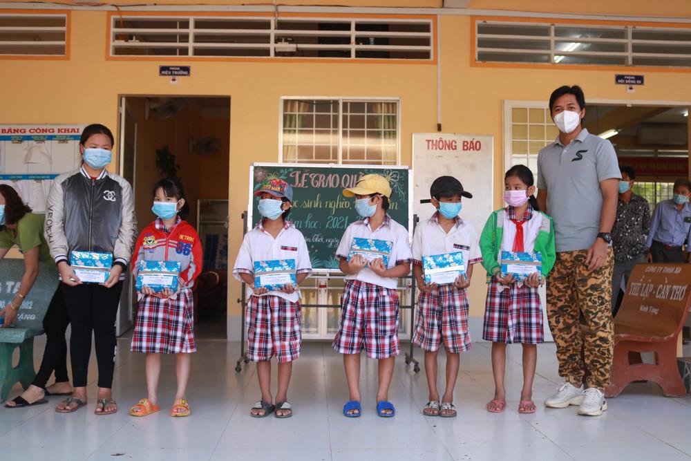 Đạo diễn Jin Sang trao quà cho học sinh khó khăn tại quê nhà - Ảnh 2.