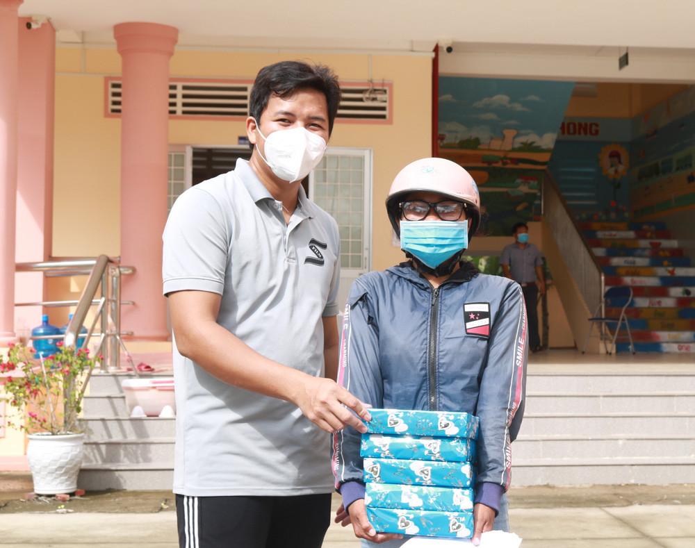 Đạo diễn Jin Sang trao quà cho học sinh khó khăn tại quê nhà - Ảnh 1.