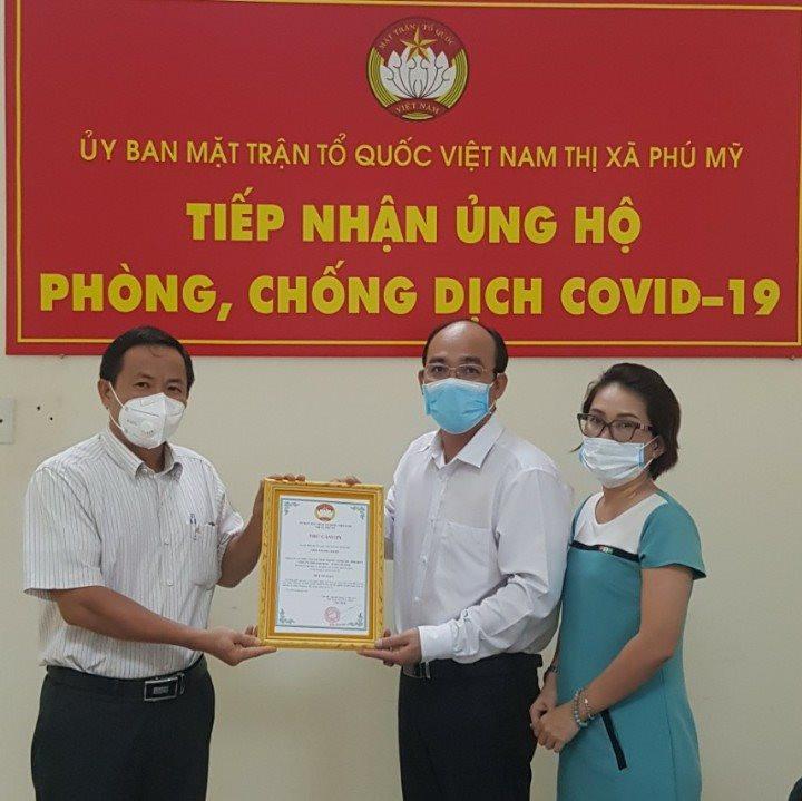 1.-ong-pham-hong-loi-trao-tang-qua-ung-ho-cho-ubmttq-thi-xa-phu-my-nguoi-o-giua-.jpg
