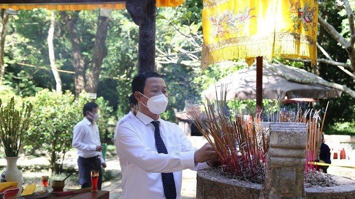 anh-2-kem-tin-dang-huong-tuong-niem-588-nam-ngay-mat-vua-le-thai-to.jpg