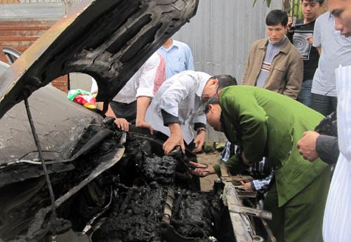 Hyundai Accent bốc cháy trong đêm