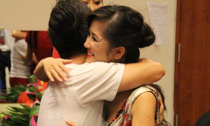 Bằng Kiều ôm Hồng Nhung thắm thiết trong hậu trường liveshow