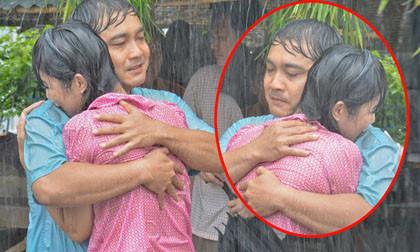 """""""Bắt gặp"""" Lý Hùng và Trịnh Kim Chi ôm chặt nhau trong mưa"""