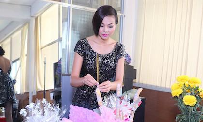 Thanh Hằng cùng dàn người mẫu Công Ty PL cúng giỗ Tỗ sân khấu