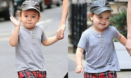 Flynn vẫy tay chào paparazzi cực đáng yêu