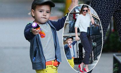 """Mẹ con Flynn """"rực rỡ"""" trên phố với gout thời trang sành điệu"""