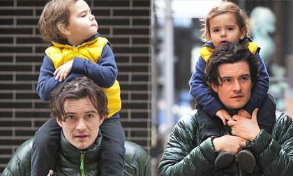 Flynn thích thú vì được bố cho cưỡi cổ đi chơi