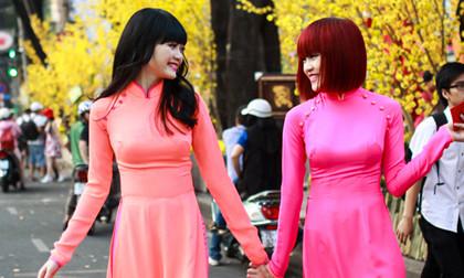 Chị em Thiều Bảo Trang diện áo dài thướt tha xuống phố Tết