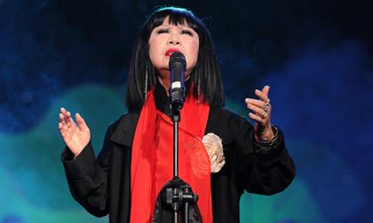 """Danh ca Bạch Yến 72 tuổi vẫn """"máu lửa"""" trên sân khấu"""