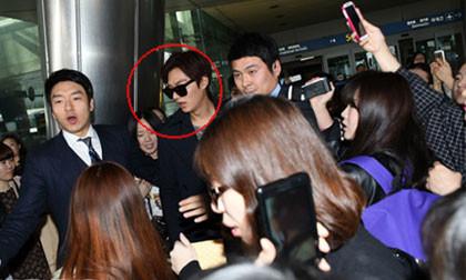 Lee Min Ho chật vật di chuyển vì bị fans chặn ở sân bay