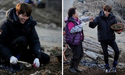 """Fans """"phát sốt"""" với hình ảnh Kim Woo Bin làm nông dân"""