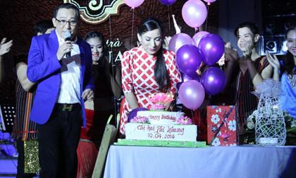 Phi Nhung thổi nến đón sinh nhật trên sân khấu
