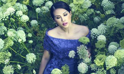 """Hoa hậu Thu Hoài """"lạc"""" giữa rừng hoa"""