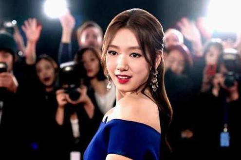 'Lọ Lem' Park Shin Hye hút hồn fan khi diện đầm xanh nóng bỏng