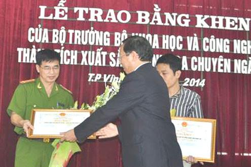 Bộ KHCN tặng bằng khen cho chuyên án bóc gỡ đường dây sản xuất IC giả