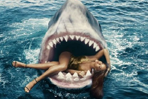 Nữ ca sỹ nhạc Pop lừng danh Rihanna táo bạo chụp ảnh với cá mập