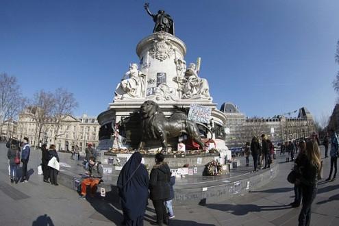 Đài tưởng niệm nạn nhân vụ Charlie Hebdo tại Paris bị phá hủy