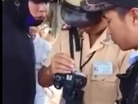 """Clip: Dân """"tố"""" CSGT dùng máy chụp hình để bắn tốc độ"""
