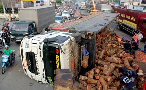 Xe tải chở gỗ bị lật gây ùn tắc giao thông