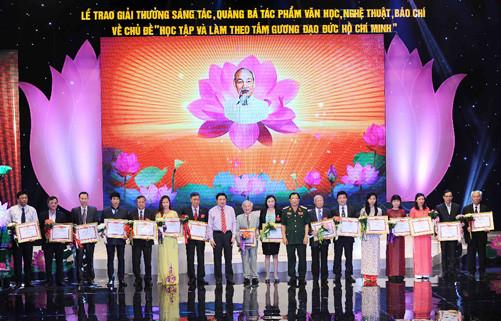 """Trao Giải thưởng đợt II về chủ đề """"Học tập và làm theo tấm gương đạo đức Hồ Chí Minh"""""""