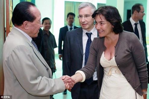 """Nữ Bộ trưởng Pháp gây sốc vì """"chọn nhầm"""" trang phục?"""