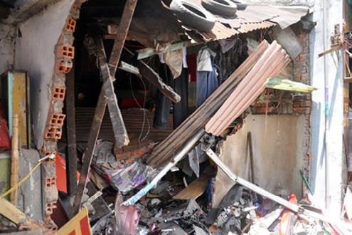 Mưa lớn, 3 mẹ con mắc kẹt trong ngôi nhà bị sập