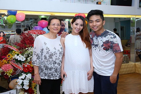 Tin giải trí ngày 23/6: Khánh Thi và Phan Hiển ôm nhau thoải mái trong tiệc sinh nhật