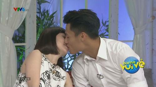 """Mạc Hồng Quân và bạn gái tái hiện """"nụ hôn SEA Games"""" trên truyền hình"""