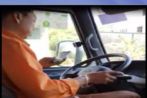 Clip: Tài xế xe buýt vừa lái xe, vừa chát zalo
