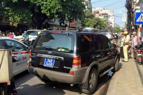 Xe ô tô biển xanh đi vào đường cấm rồi bỏ chạy
