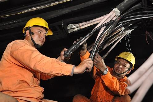 Hỗ trợ khắc phục sự cố, cấp điện cho chung cư Xa La sau hỏa hoạn