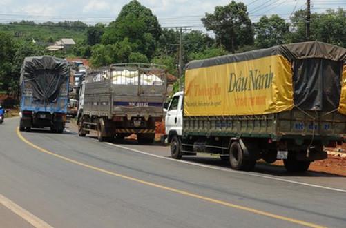 Xe tải gây tai nạn liên hoàn, quốc lộ 14 kẹt xe nhiều giờ