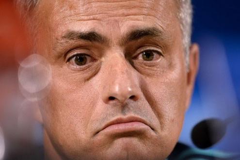 """HLV Mourinho bị FA phạt vì """"vạ miệng"""""""