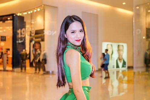 Hương Giang Idol khiến khán giả đỏ mặt vì trang phục nhạy cảm