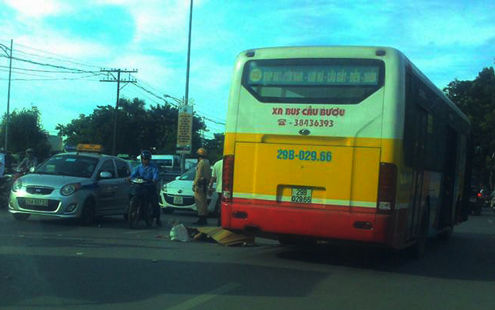 Hà Nội: Va chạm với xe buýt, nam thanh niên chết thảm