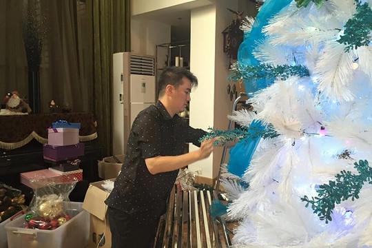Đàm Vĩnh Hưng tự tay trang trí biệt thự triệu đô cho fan đón Giáng sinh
