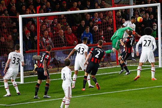 M.U bại trận trước Bournemouth, HLV Van Gaal vẫn mơ ngôi vô địch