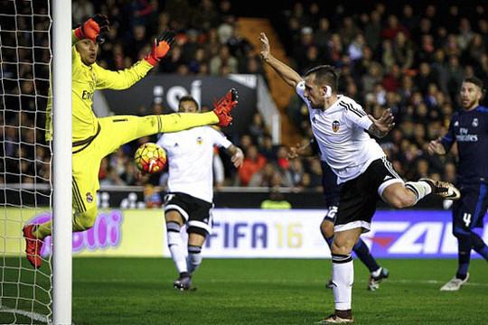 Bị Valencia cầm chân, Real lỡ cơ hội bắt kịp Barca