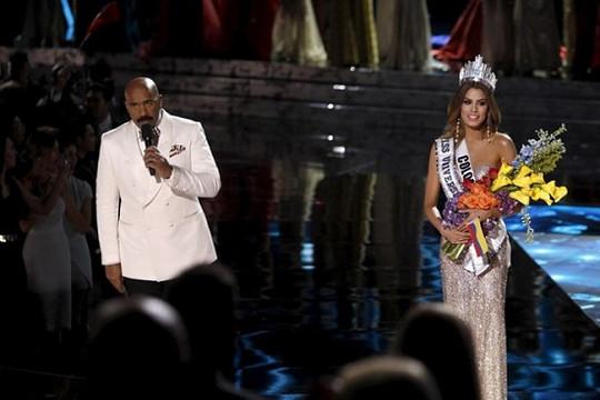Tin tức giải trí ngày 9/1: Hoa hậu Colombia tái ngộ MC gây sự cố nhầm vương miện