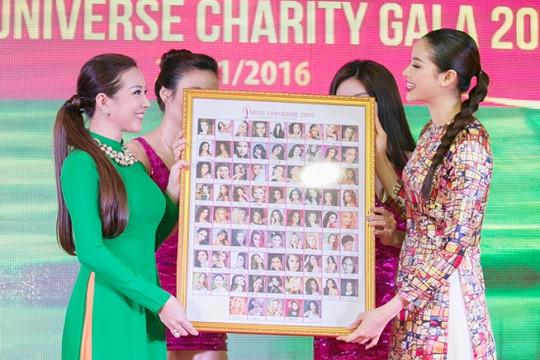 Tin tức giải trí ngày 23/1: Bức tranh của Phạm Hương được đấu giá 120 triệu