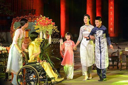 Hoa hậu Ngọc Hân gây xúc động với BST áo dài cho người khuyết tật