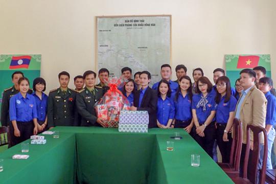 Chi đoàn TAND tỉnh Thừa Thiên - Huế thăm và tặng quà Đồn biên phòng Cửa khẩu Hồng Vân