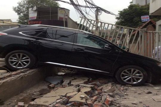 Đạp nhầm chân ga, nữ tài xế lái Lexus tông đổ tường rào