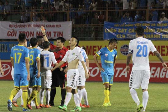 Ấn tượng V-League 12/3: Văn Quyết xô ngã trọng tài