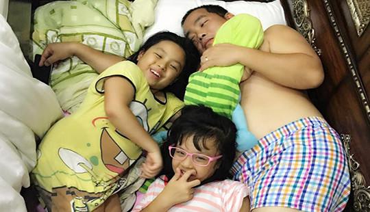 Ảnh hot sao Việt ngày 24/4: Minh Khang lộ ảnh bán nude khi ngủ cùng con gái