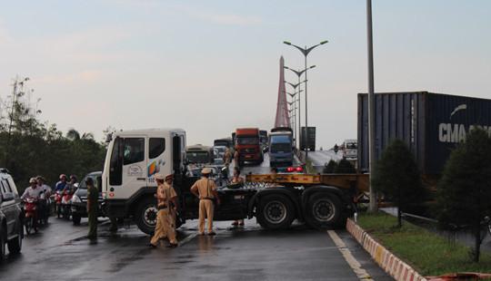 """Xe container """"đại náo"""", kẹt xe kinh hoàng trên cầu Cần Thơ"""