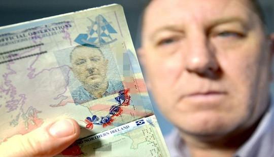 Bức xúc vì tấm hộ chiếu có ảnh giống hệt trùm phát xít Hitler