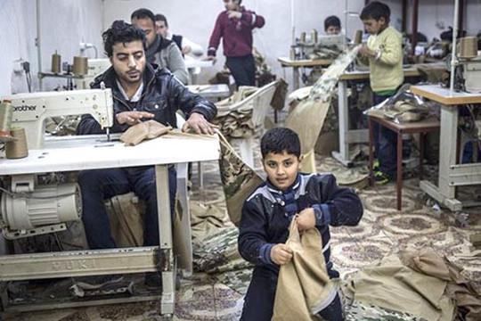 Rùng mình nô lệ trẻ em bị ép buộc sản xuất đồng phục cho chiến binh IS