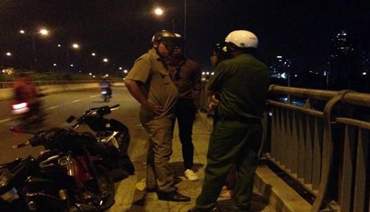 Nữ sinh bị cướp giật túi xách trên xa lộ Hà Nội