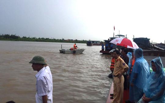 Hà Nội: Tàu chở cát bị chìm trên sông Hồng, 4 người thoát nạn